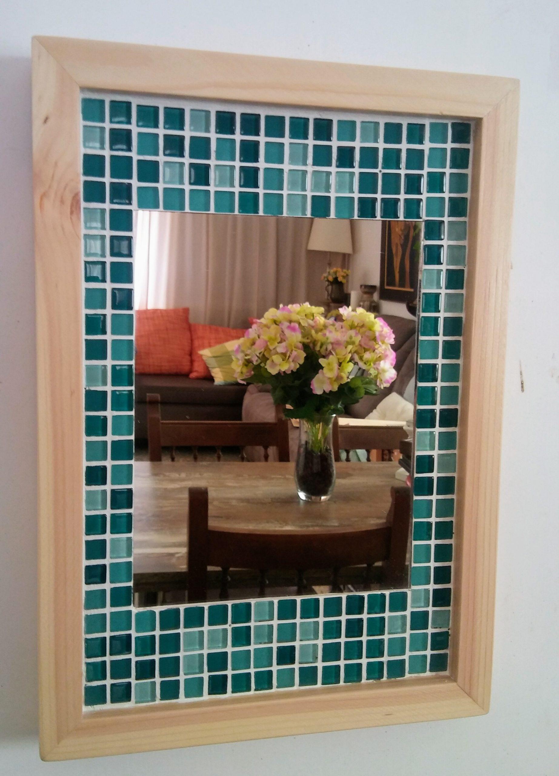 espejo tipo mosaico hecho con materiales reciclados