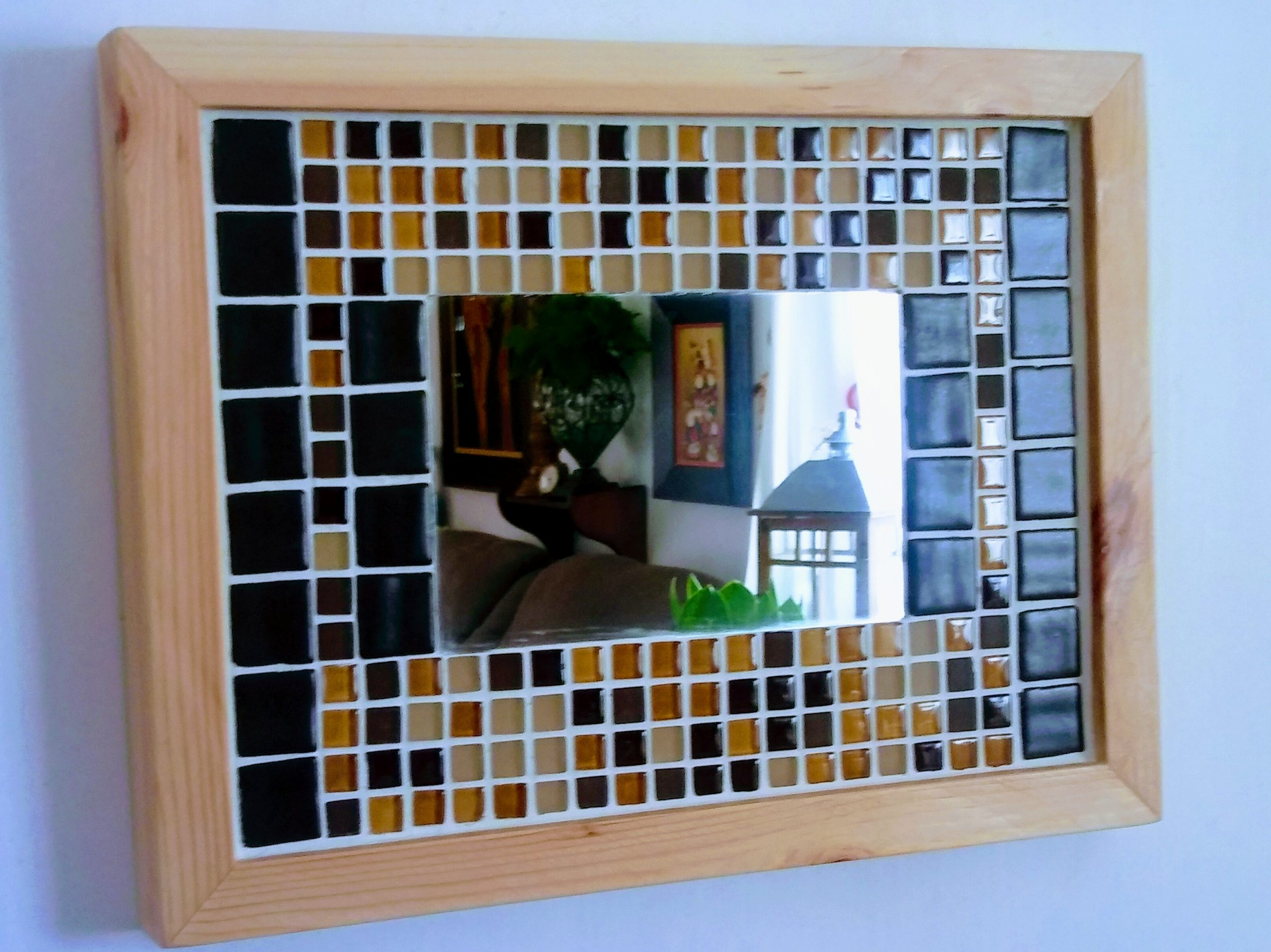 hespejo tipo mosaico hecho con materiales reciclados