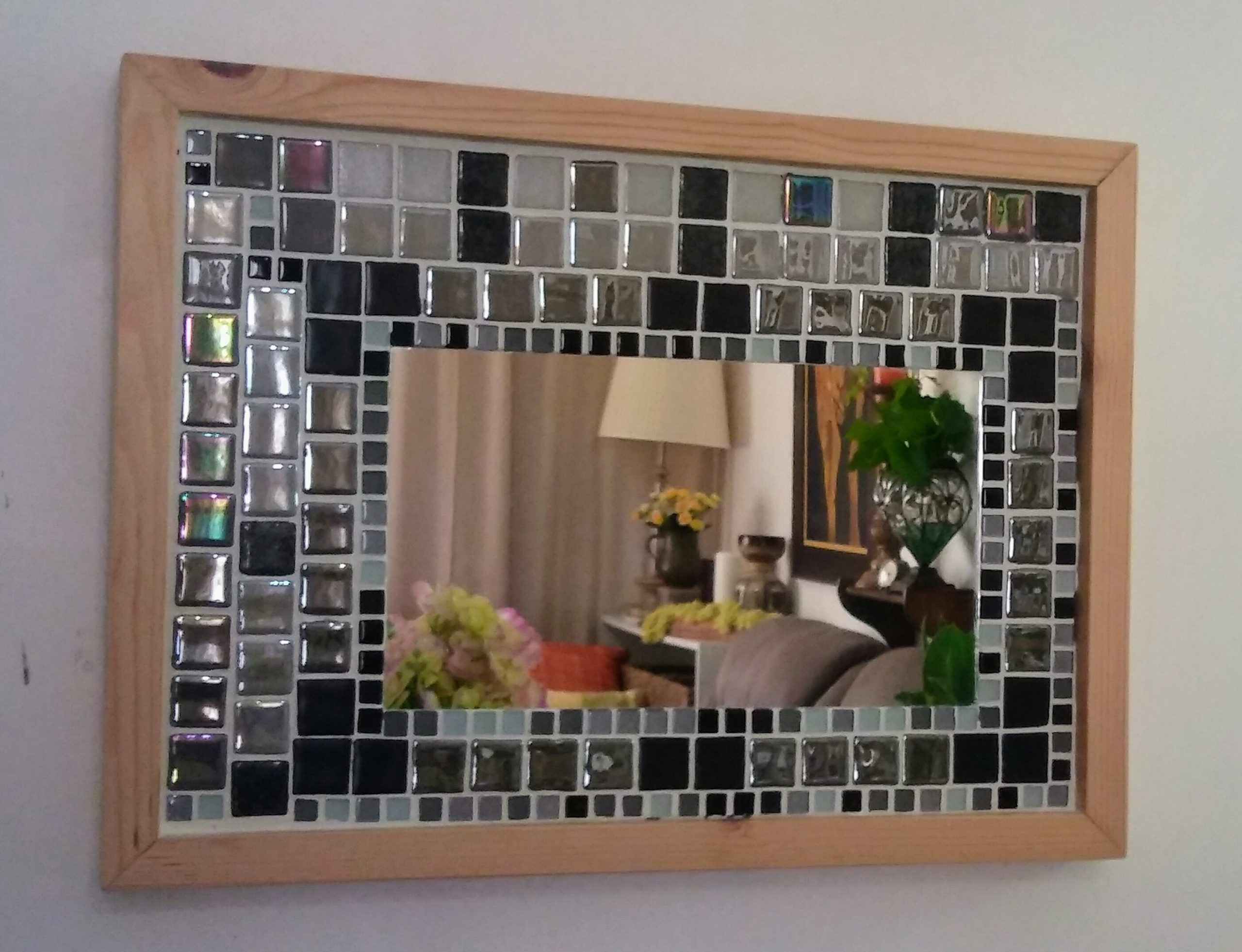 Espejo tipo mosaico con materiales reciclados