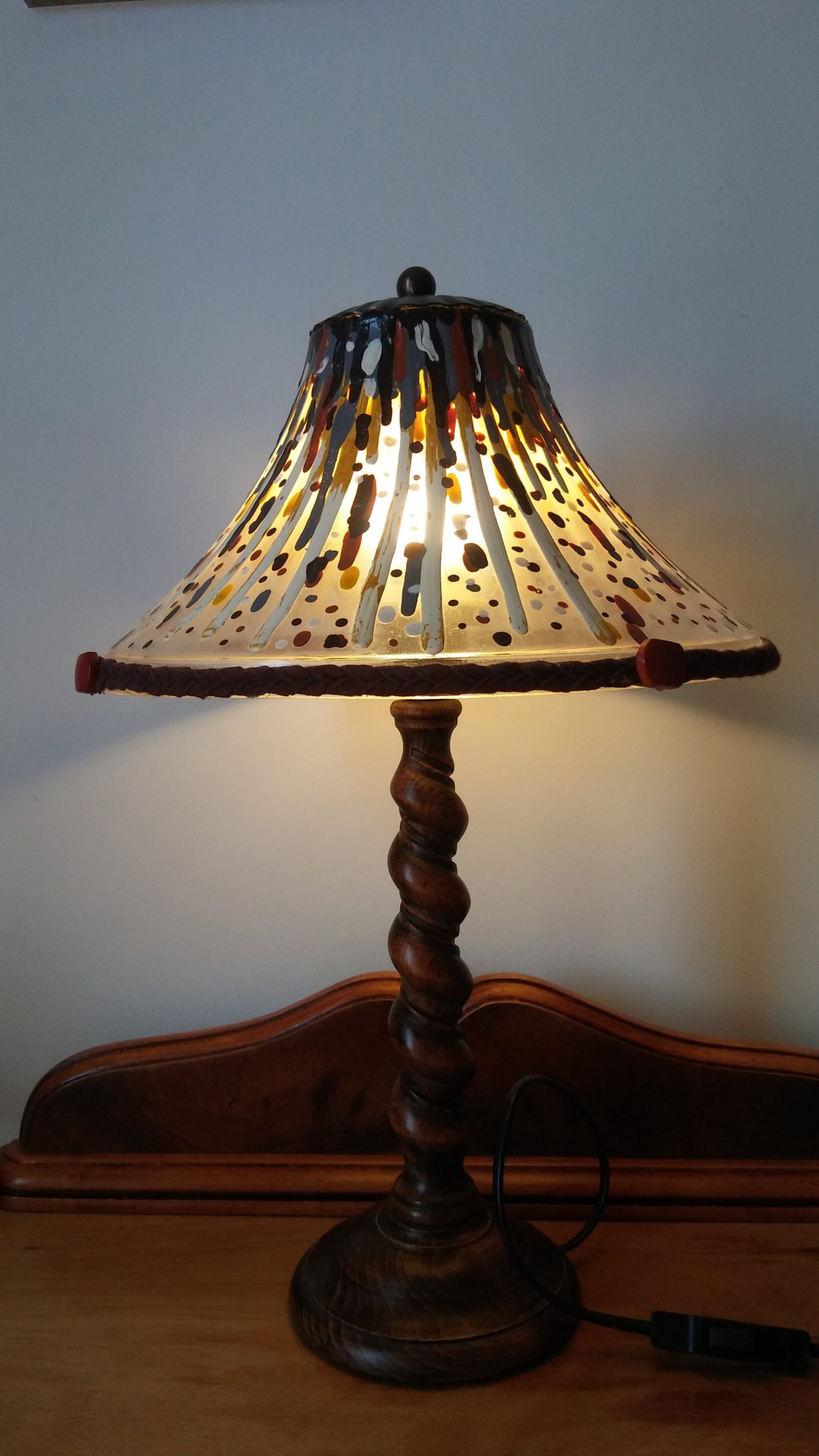 Lámpara de sobremesa hecha de materiales reciclados