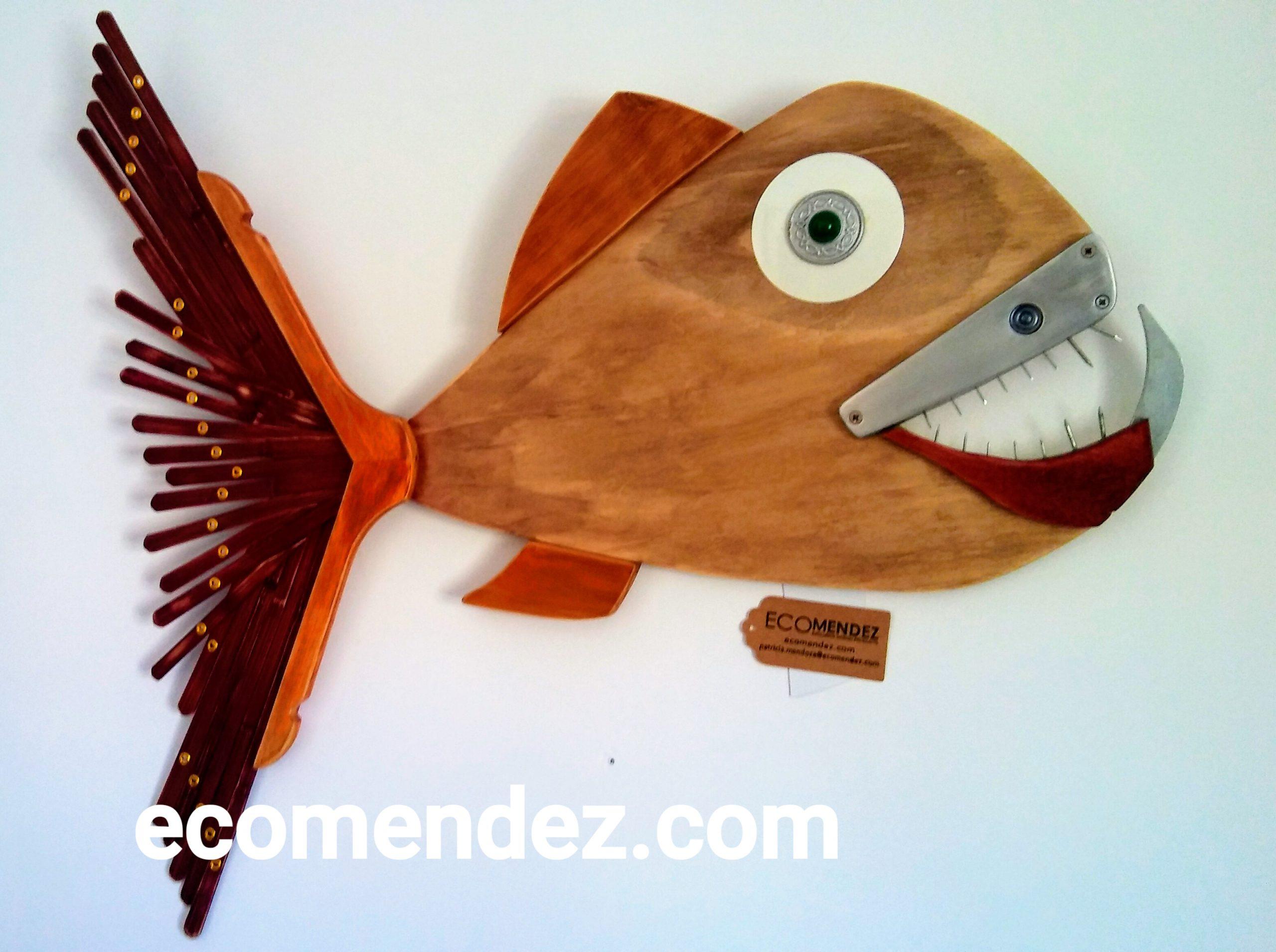 cuadro de pez abisal en materiales reciclados