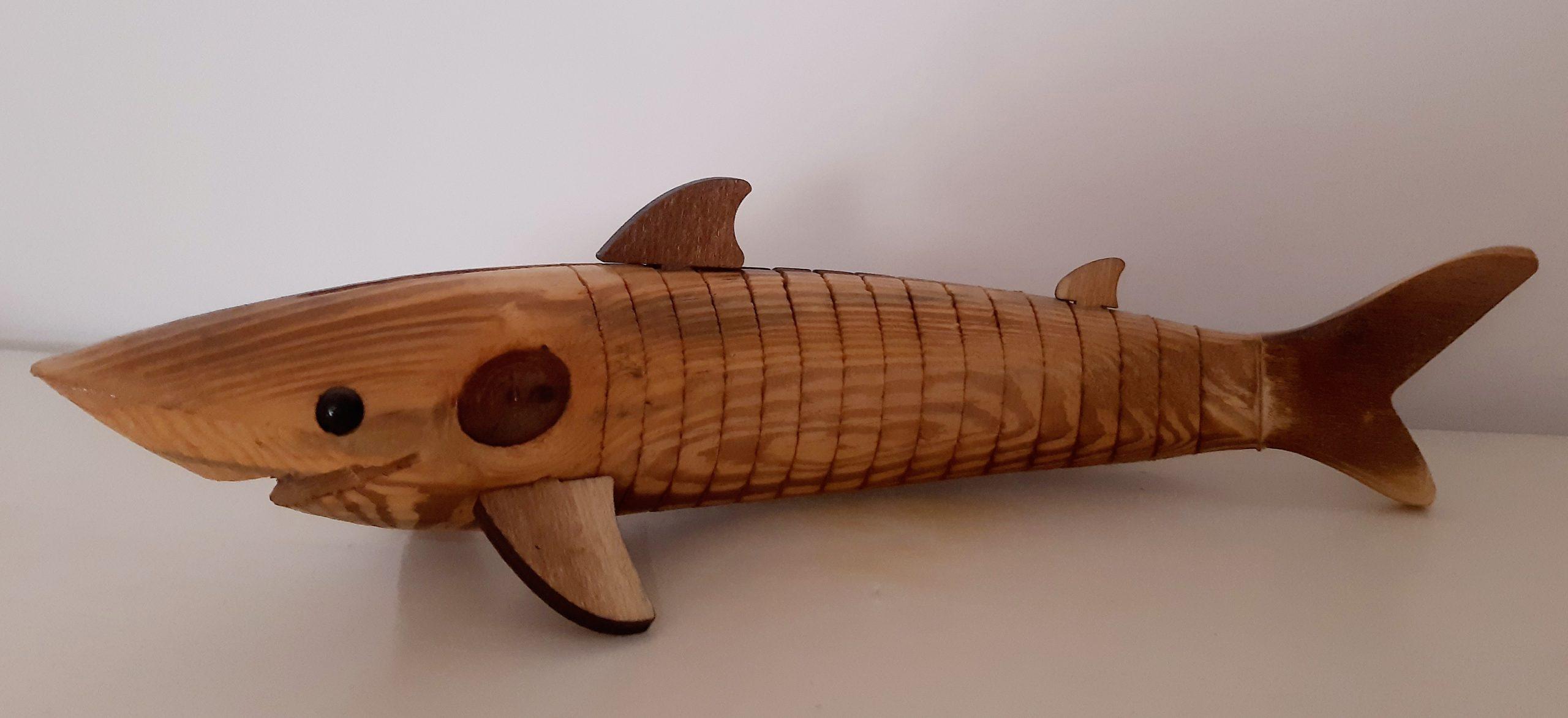 tiburón de madera reciclada